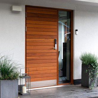 exklusiva ytterdörrar_dörr i teak_yale doorman_Långö-teak-sidoljus